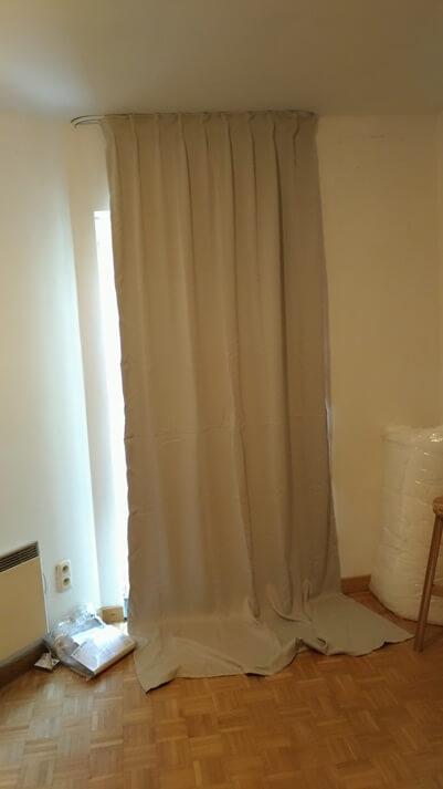カーテンが長すぎて地面につく