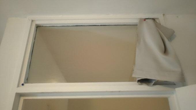 室内の窓をカーテンの切れ端で隠す