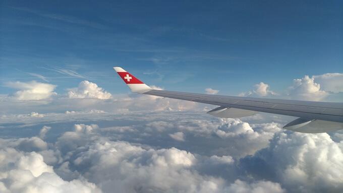 飛行機から雲を眺めて