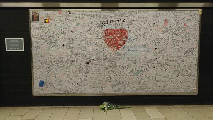 ブリュッセル地下鉄駅にあるテロ哀悼花束と寄せ書き