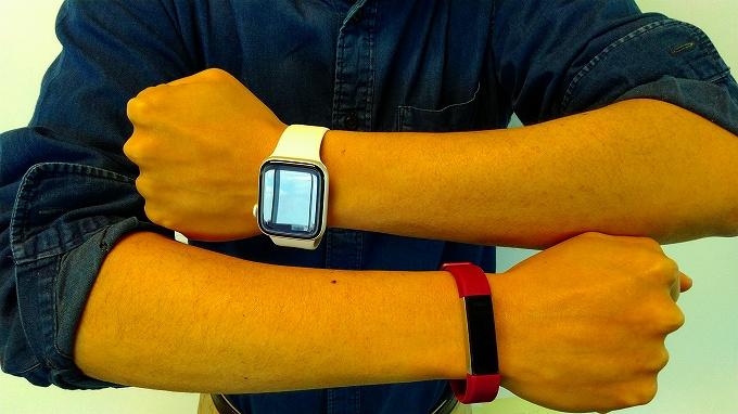 Apple Watch と Fitbit を片腕ずつ両腕に装着
