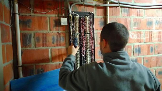 地下で集合端子箱の配線確認