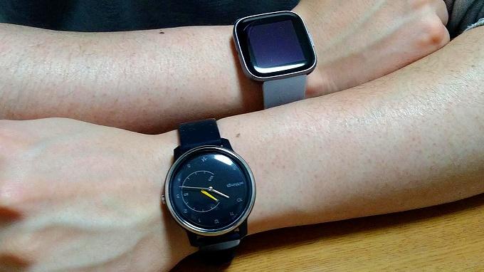 Withings Move ECG と Fitbit Versa 2 をそれぞれの腕に装着