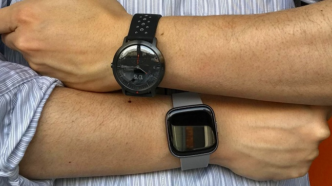 Withings Steel HR Sport と Fitbit Versa 2 をそれぞれの腕に装着