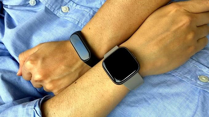 Mi Band 4と Fitbit Versa 2 をそれぞれの腕に装着