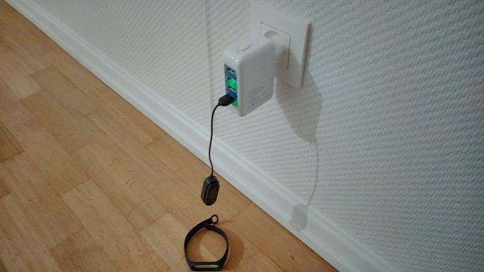 充電ケーブルが短く本体がぶら下がっている