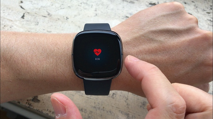 Fitbit SenseのECGアプリ起動中写真