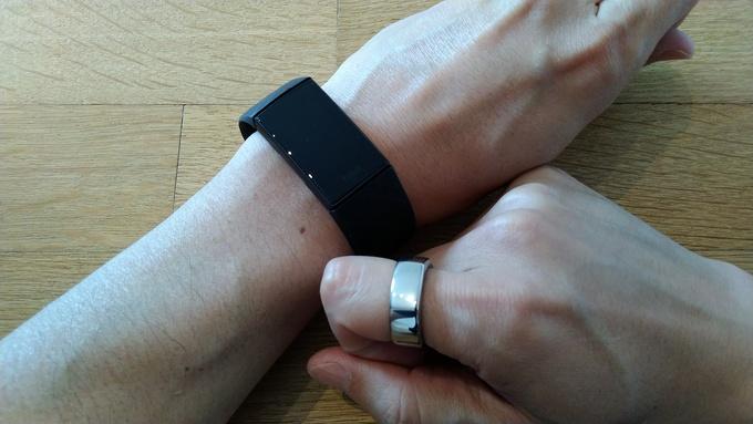 Oura RingとFitbitを両方装着している状態